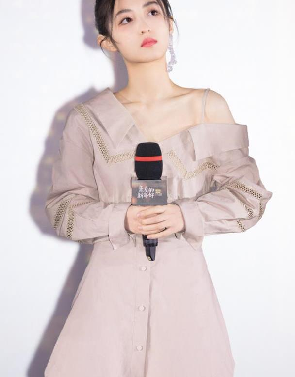 """张子枫打扮有个性,衬衫裙领口""""斜到""""一边也能穿,肩线真优越"""