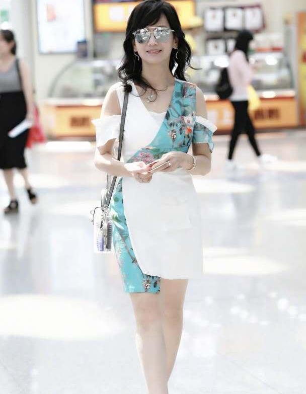 赵雅芝走机场穿搭好精致,拼接连衣裙衬出玲珑身材,戴墨镜更新潮