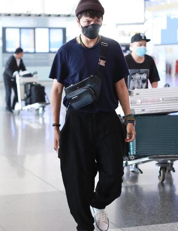 44岁陈坤解锁新时尚,戴毛线帽配短袖T恤,斜跨腰包又酷又帅