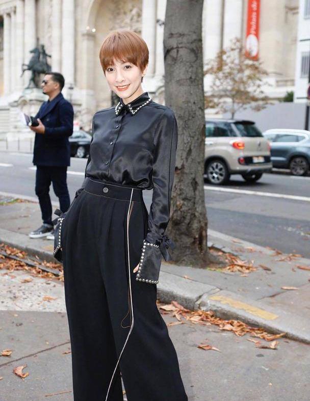吴昕到国外气质开挂了,穿黑色衬衫配阔腿裤,气场不输国际超模