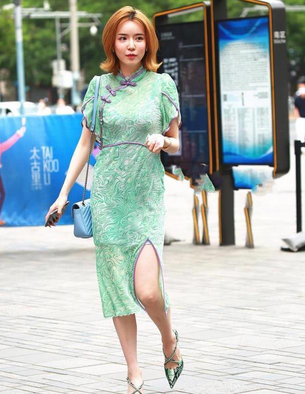 一身浅绿色的吊带连衣裙穿搭,时髦又显高级,裙摆开叉更显魅力十