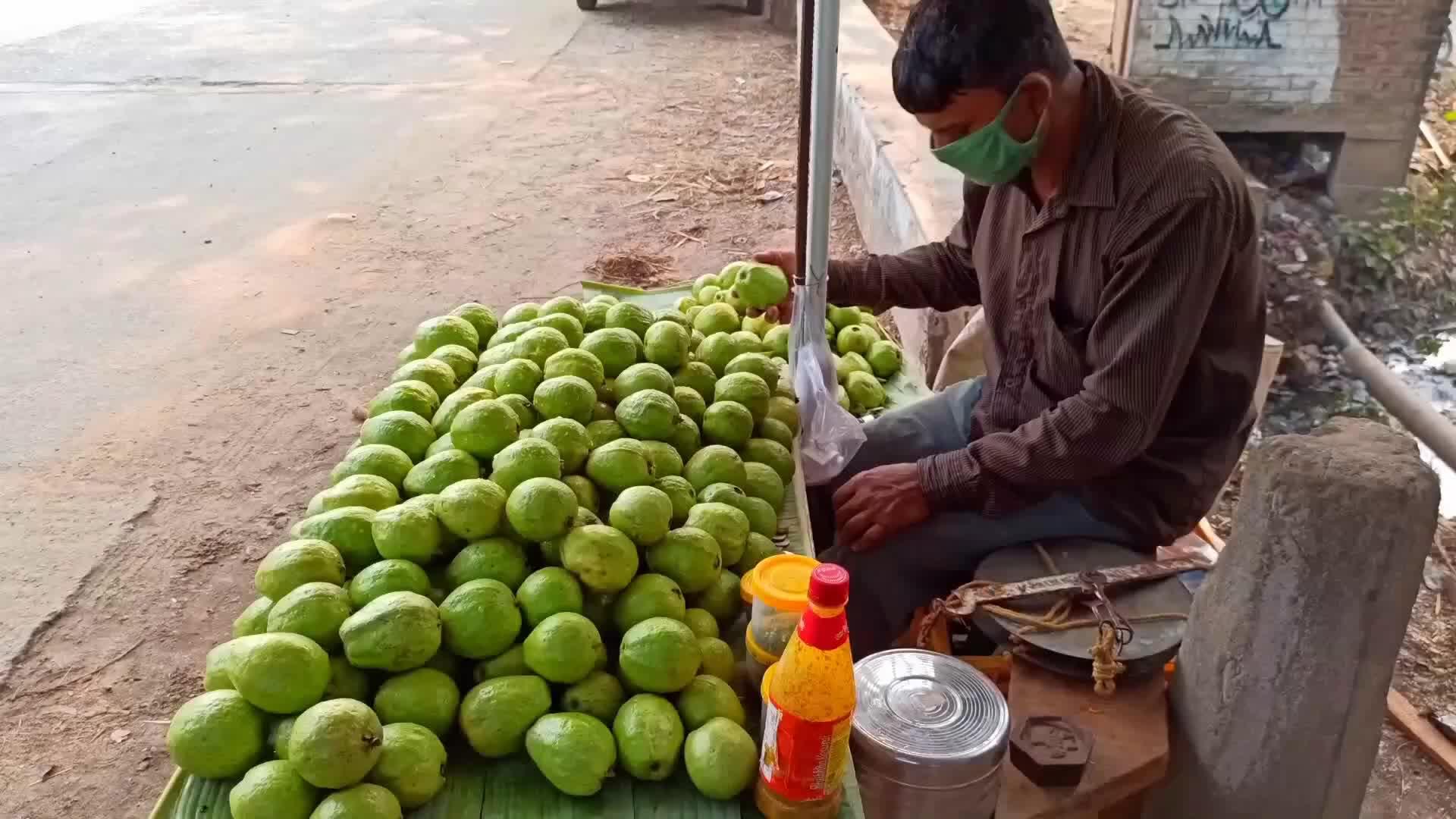 印度人吃番石榴方式真奇葩,切块加点咖喱拌一拌,又让人开眼了!