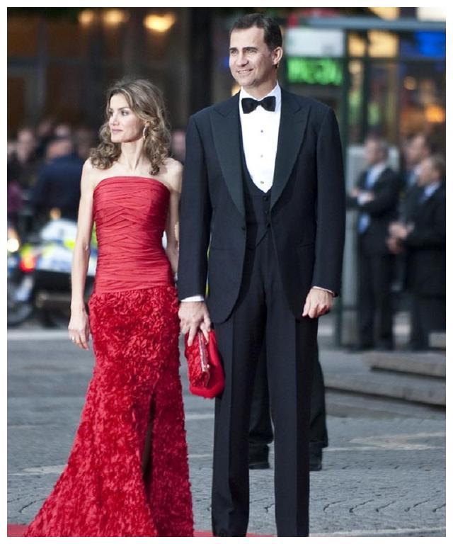 同穿红色裙子,莱蒂齐亚的舒适大气,比利时王后的气场颇强