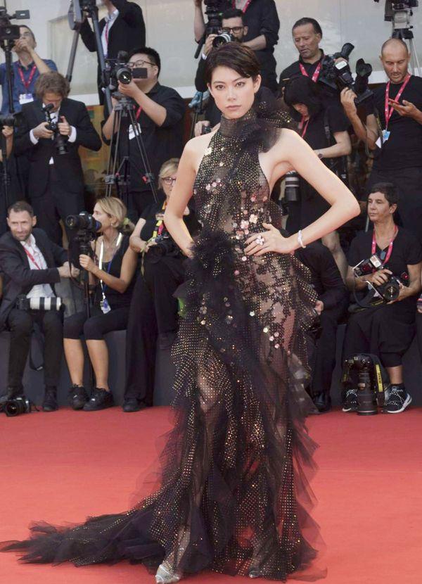 威尼斯《小丑》红毯玩心机!混血名模森星透视纱裙最撩人