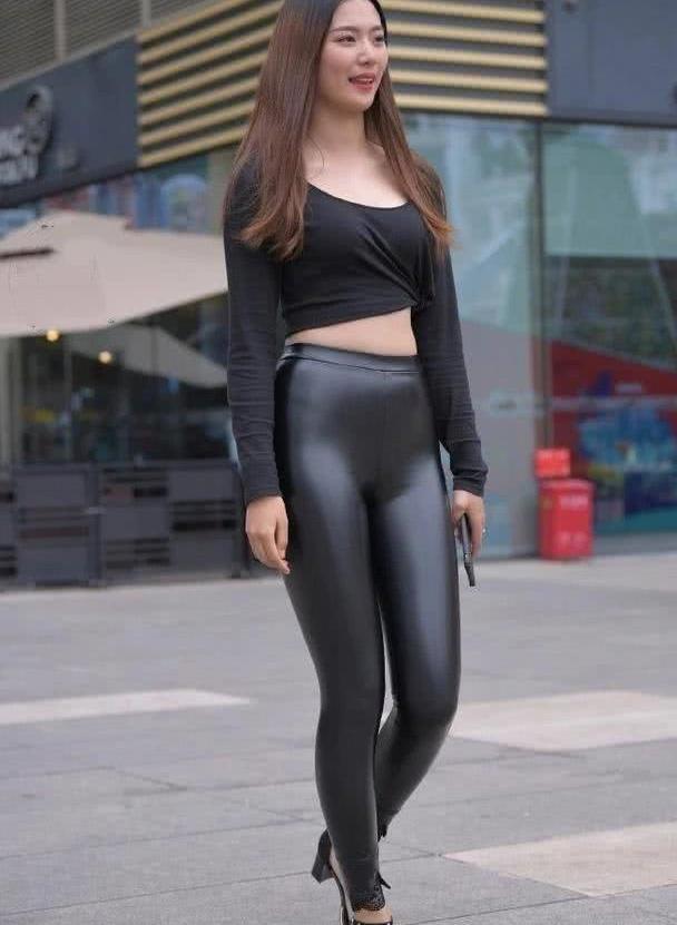 时尚美观很显身材,这样的皮裤搭配,还能为你带来优雅气质