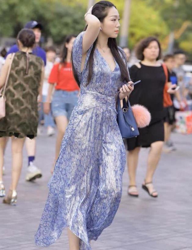 睡袍式连衣裙,让你在这个夏季里穿出自信的时尚感
