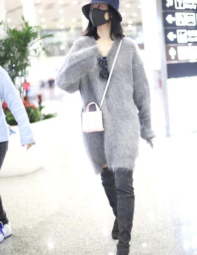 王鸥街拍:灰色oversize毛衣裙搭配长靴温柔低调