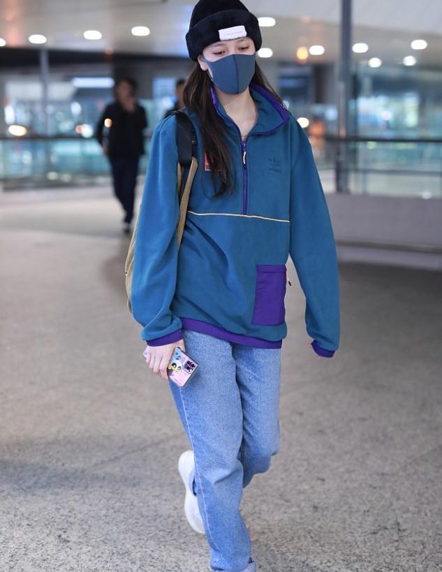 宋妍霏街拍:Adidas运动夹克牛仔裤运动鞋 土酷休闲