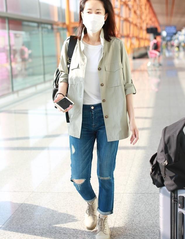 刘敏涛街拍:鼠尾草绿衬衫破洞牛仔裤 厚底短靴帅气中性风