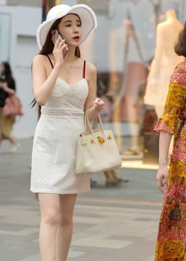 街拍:小姐姐身穿白色套装,清纯可爱