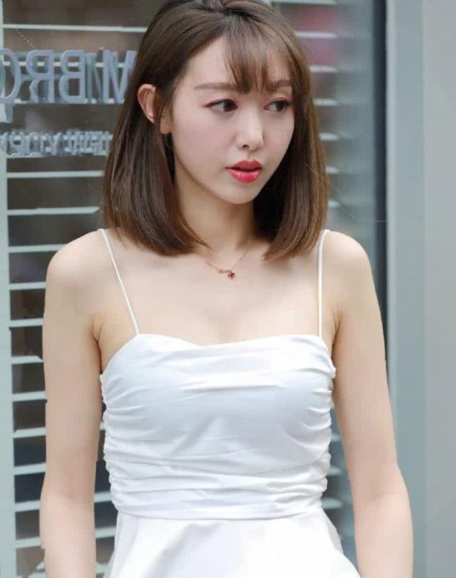 街拍:小姐姐身穿白色套装,职业优雅气质