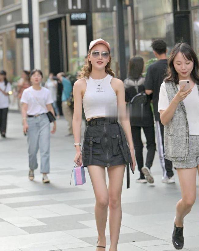 时尚街拍:小姐姐穿搭堪称典范,吊带搭配短裤走出帅气风