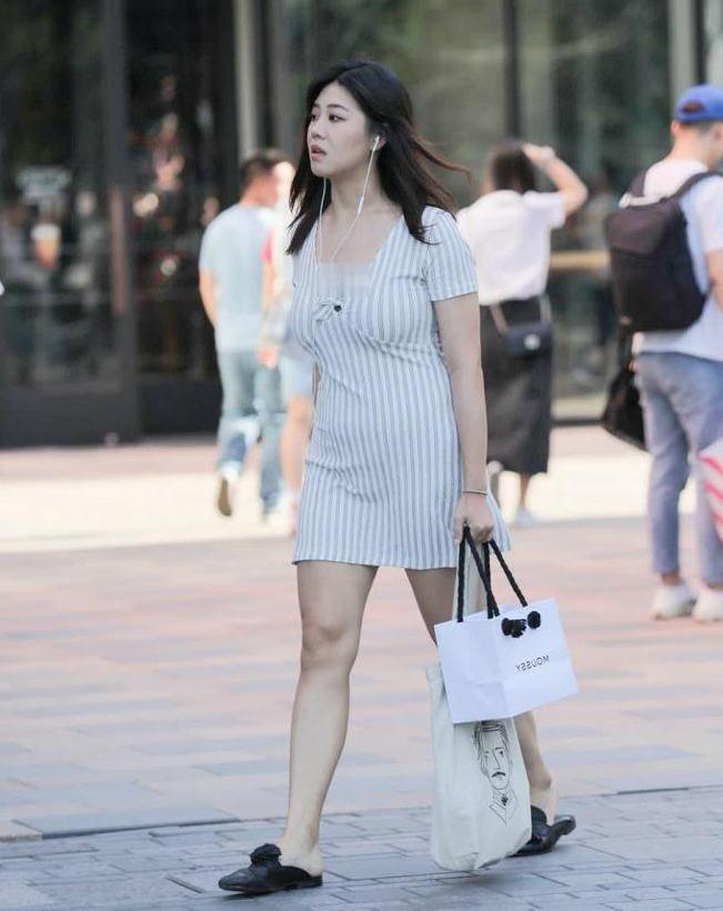 时尚街拍:小姐姐穿搭太清纯了,搭配一脚蹬鞋潮过弄潮儿