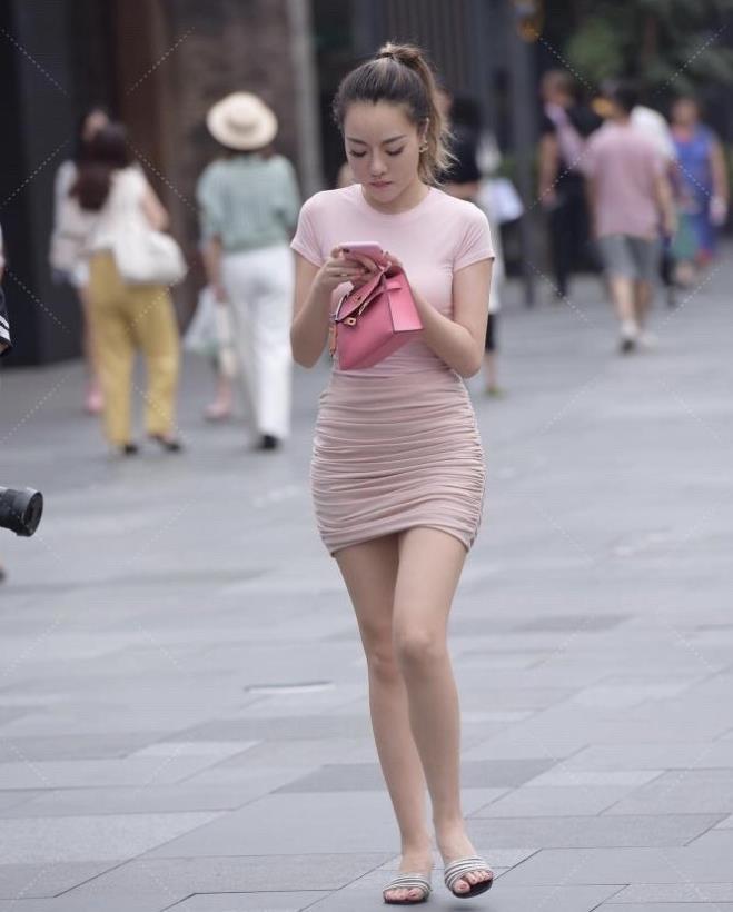 马尾靓妹的清纯粉色裹身裙,修饰曲线彰显气质,休闲凉拖很关键