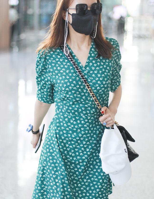 吴昕街拍:蓝绿色碎花裙BV短靴 CHANEL19挎包清新养眼