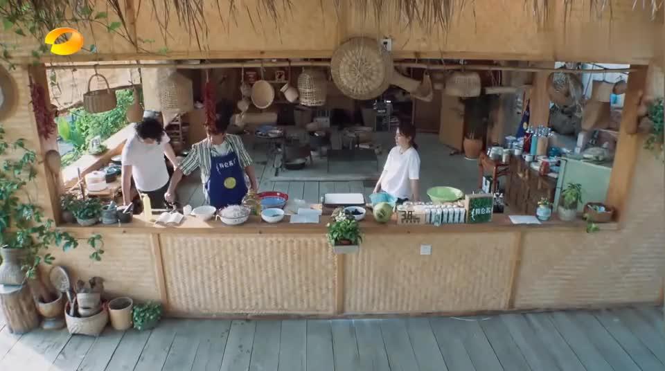 海清第一次在黄磊面前展露刀工,一盘黄瓜丝切了俩小时