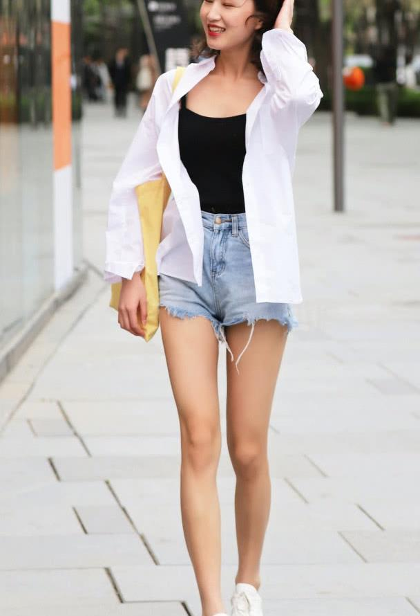 街拍牛仔热裤美女,搭配小白鞋清新靓丽