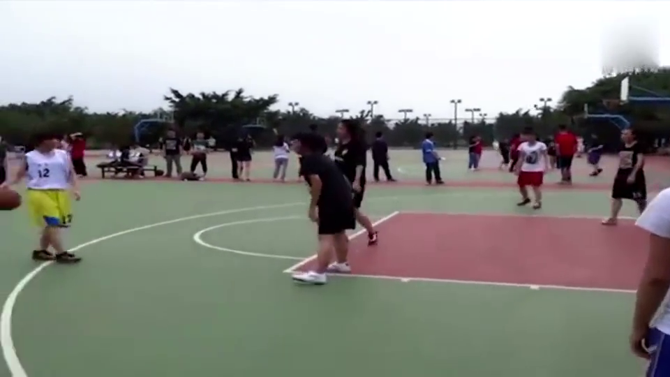 看完大学女生的篮球比赛,这样的女生你真敢娶吗
