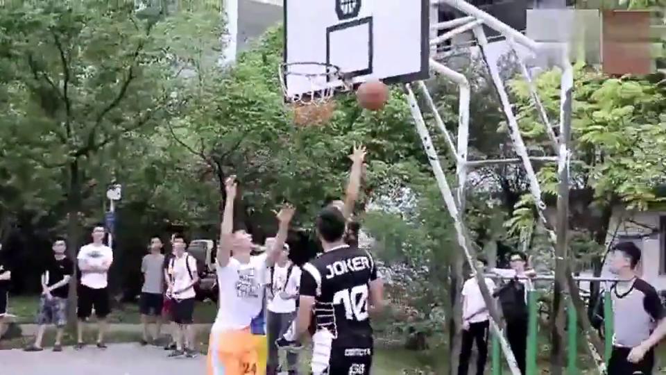 深圳大学校园篮球赛,花哨过人双手暴扣,真乃藏龙卧虎