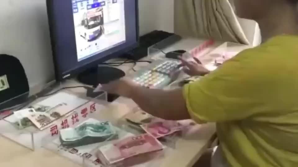 做了十几年高速收费员的老婆找零钱的动作很熟练网友专业