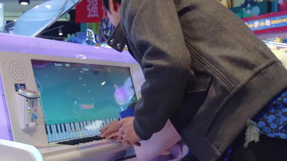 吉娜脑洞竟把游戏机当真钢琴来弹,郎朗吐槽:这跟音乐没关系!