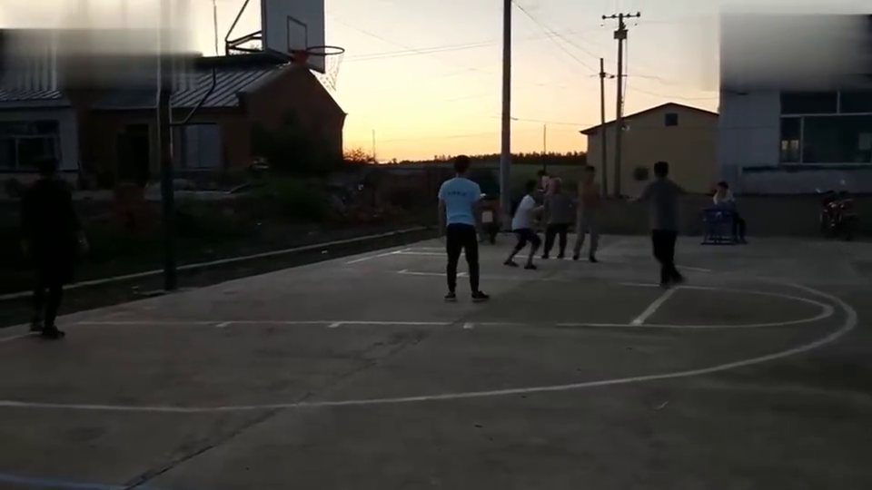 农闲时候锻炼身体打打篮球,扭扭秧歌也挺好