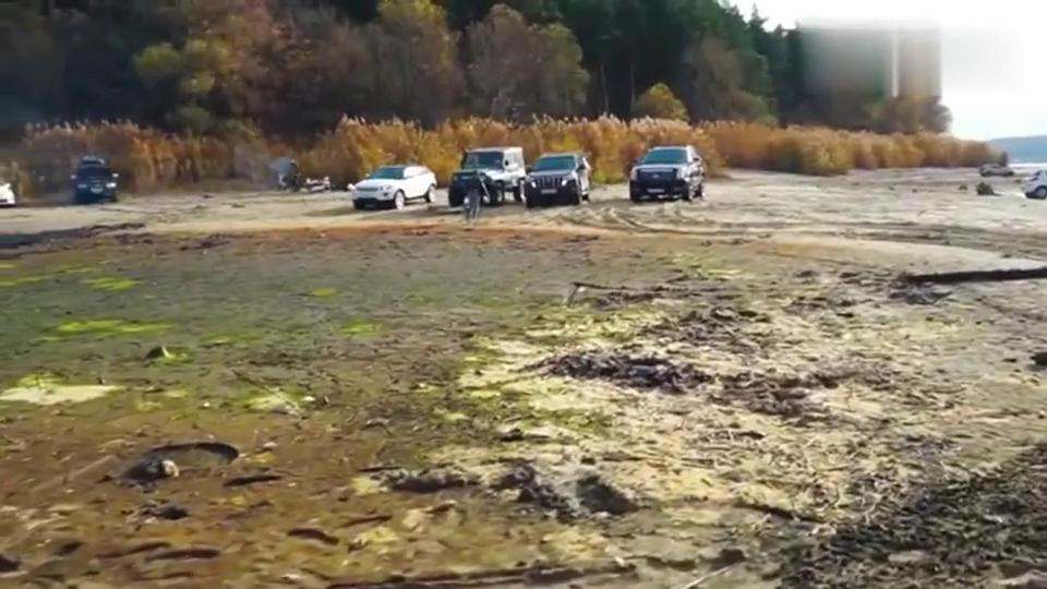 丰田普拉多与凯迪拉克玩越野,结果悲剧了,因为它们走的是泥潭!