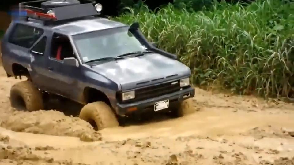 不愧为越野车,车主故意把车开入泥潭,一脚油门下去霸气就开始了