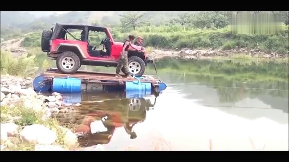 原来牧马人过河也要托运呀,还以为能趟过去呢!