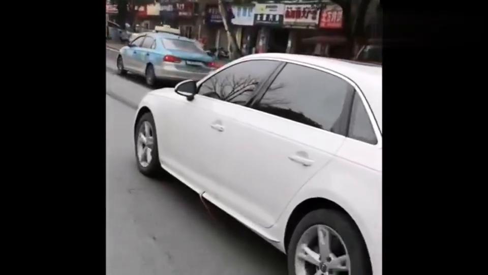 偶遇一辆奥迪车,看到车门处的腰带,我肯定她是个女司机!