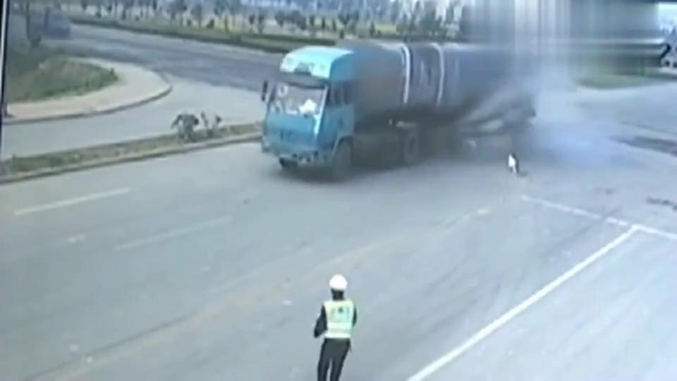 十字路口三轮车当着交警面闯红灯,三秒后被大货车干掉!