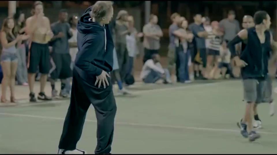 篮球巨星伪装成高龄老人挑战街头篮球,令观众惊讶不已!