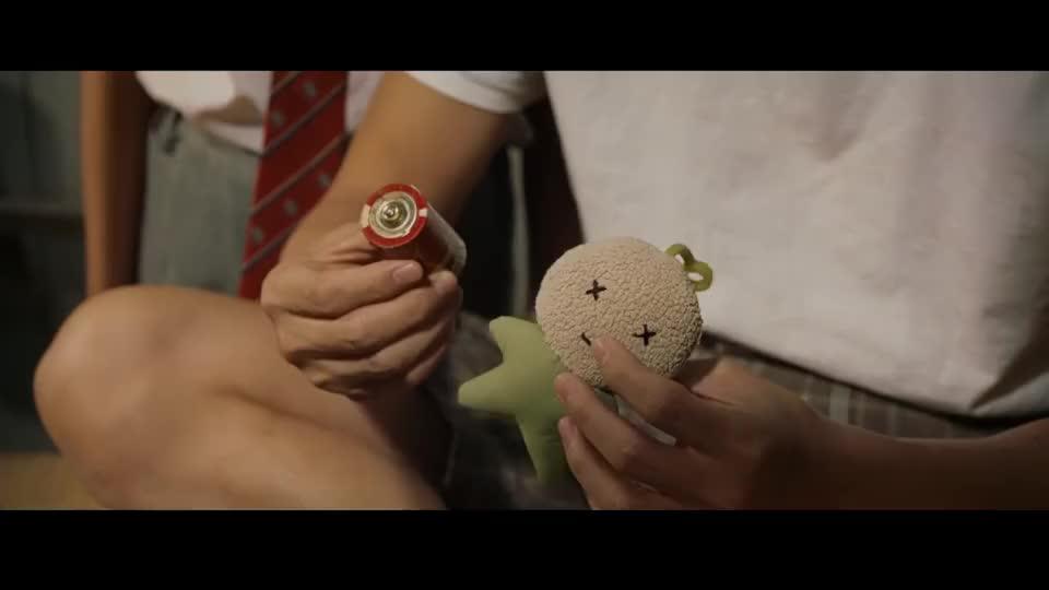 七仔耗尽能量变成了布娃娃,星爷为救活它,用电击还给它输液