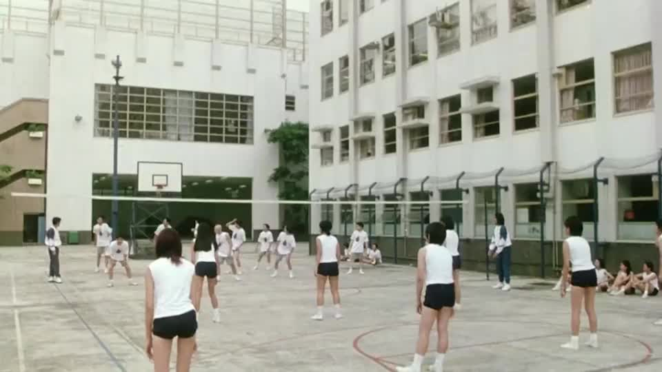 星爷和梁咏琪打爱心排球,把一边的学生们都看呆了