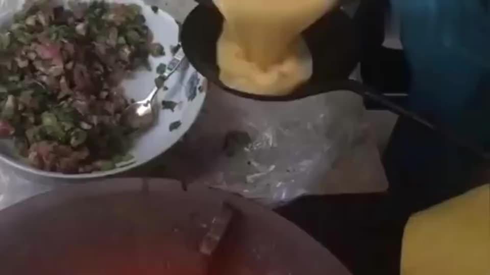 浙江大厨把鸡蛋倒入勺子,做成一个个蛋饺,看上去很好吃的样子!