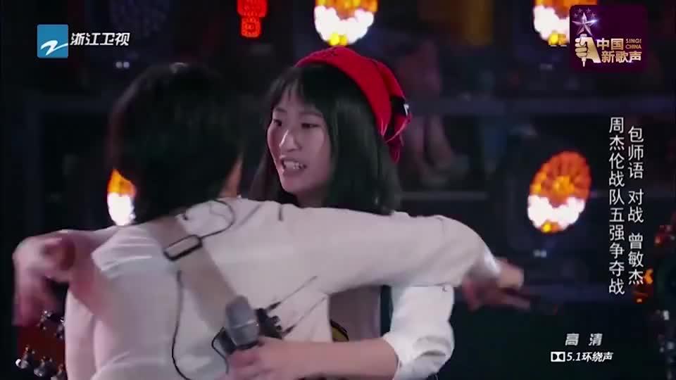 新歌声:微胖女孩抱着吉他,一首《彩虹》让小哥听醉!太文艺了!