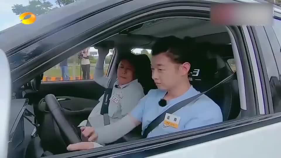 霍尊惊遇撞车事故,教练立马解开安全带:下车!周深戚薇吓傻眼!