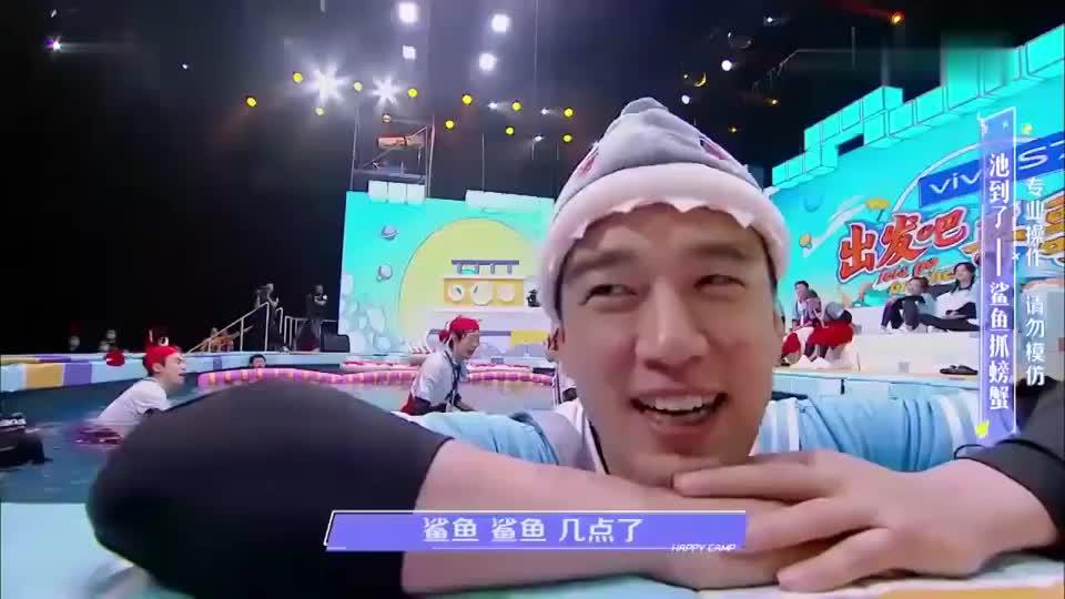 王耀庆搞笑咬螃蟹头,大哥哥队比赛输掉惩罚笑趴了