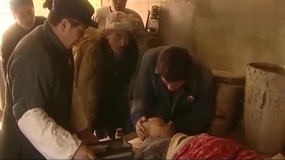 憨娃肚子痛,钟跃民抱着他一路小跑送到诊所,可还是迟了一步