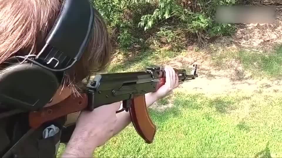 中国56式突击步枪,靶场射击测试,老外们爱不释手!