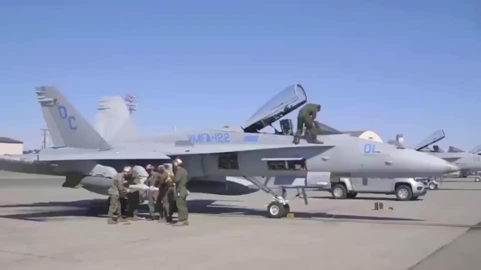 实拍美军士兵拆卸战斗机上空空导弹,五个人抬起一套房!