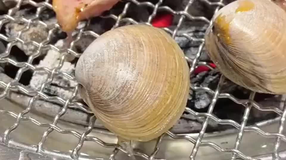 特地去烤肉店吃烤肉,夹了个贝壳是成精的吗,怎么还知道自己爬走