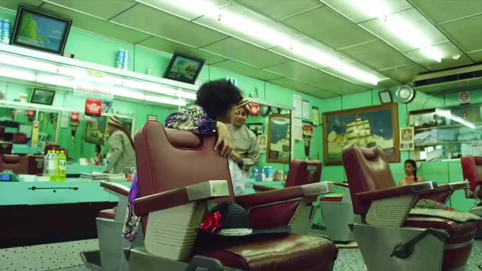 大婶去理发,没想到姑娘拿出来两把长刀,细一看原来是两把梳子