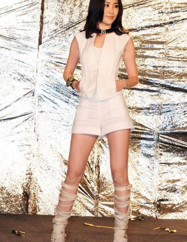 47岁陈慧琳罕见献唱,穿印花连衣裙优雅如女神,美腿风采太迷人