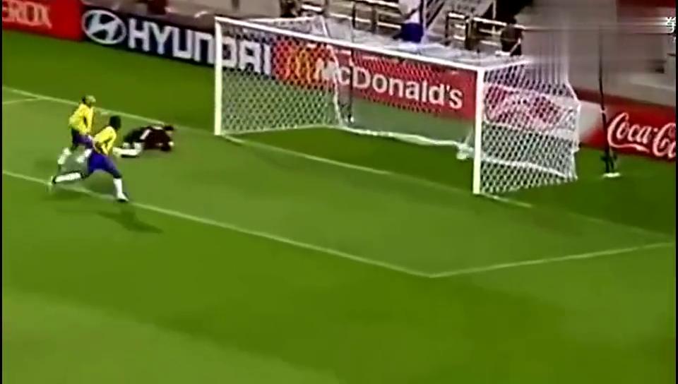 你见过世界杯上卡洛斯踢任意球吗这一脚砸中人估计当场就晕倒