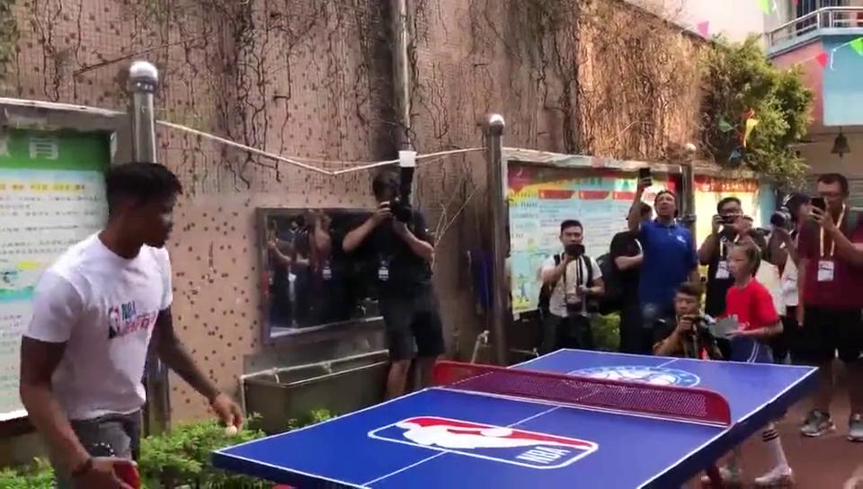 惜败!NBA中国赛76人队富尔茨在深圳与小学生打乒乓球,球技还不错