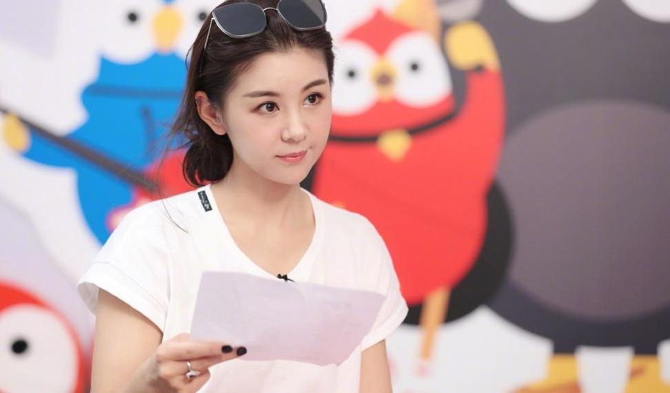 """35岁李小萌太""""狂野"""",穿涂鸦西装唱歌秀""""筷子腿"""",罕见唇钉"""