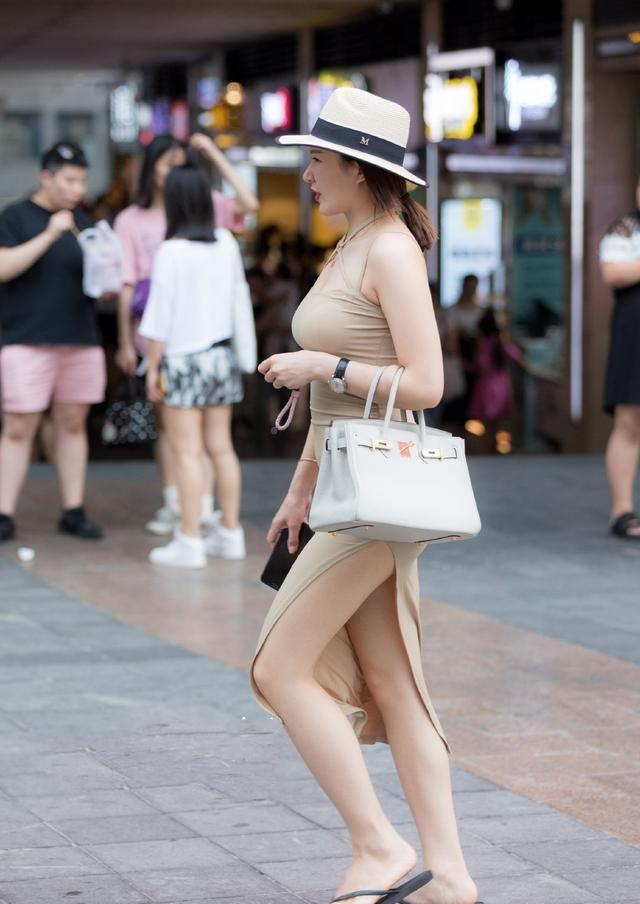 街拍:微胖小姐姐穿裙子更撩人,把自己丰腴的身材包裹的凹凸有致