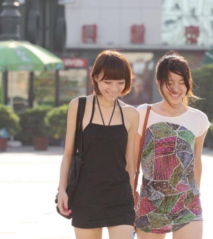 """时尚街拍:小姐姐穿小黑裙已经很美了,没想到加""""绳子""""美到炸"""