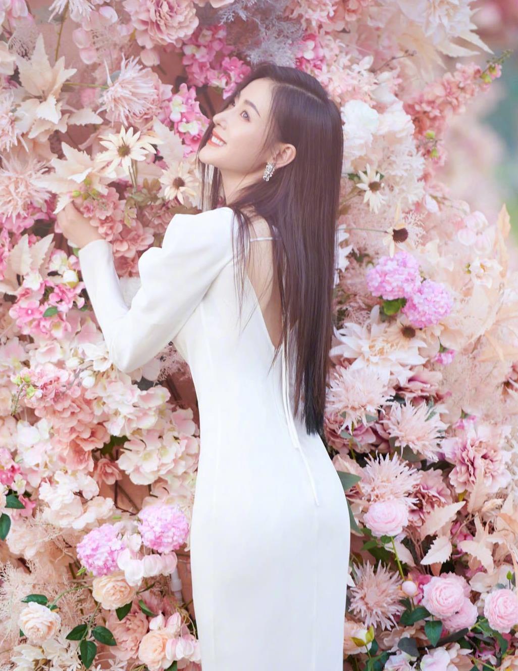 秋天怎么能悄悄过,学点张天爱穿白色调连衣裙,高调的美